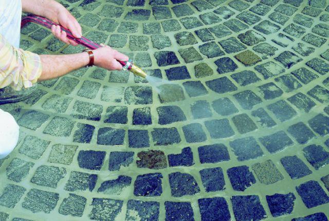 Oczyszczenie zaspoinowanej okładziny przy pomocy mgiełki wodnej