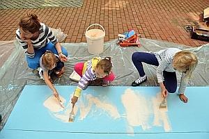 Malowanie ogrodzenia przez dzieci